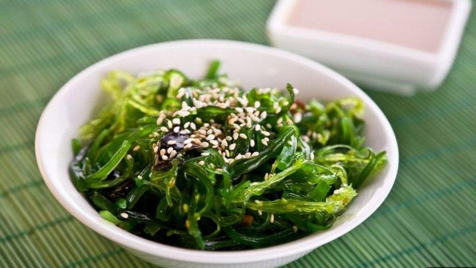 يكثر اليابانيون من تناول أطباق من أعشاب البحر تضاف إليها مواد مختمرة