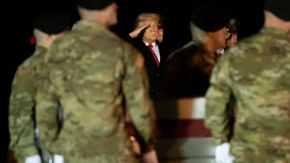 ترامب يؤدي التحية العسكرية لجثمان أحد الجنود - 10 فبراير/شباط 2020