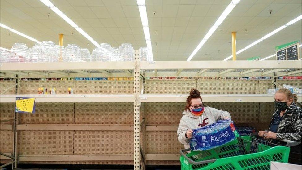 Teksas'ta süper marketlerdeki su reyonlarındaki ürünlerin büyük kısmı tükendi.
