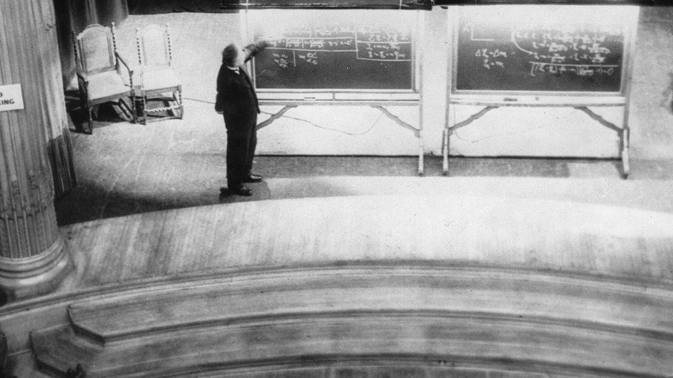 Einstein explicando en una pizarra.
