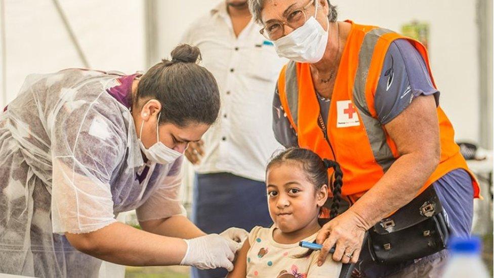 Una niña siendo vacunada en Samoa