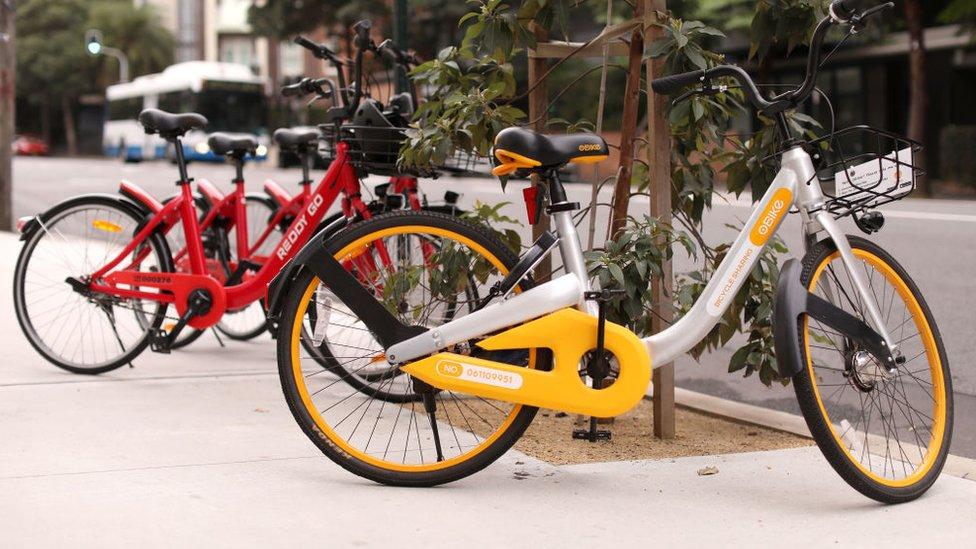 Bicicletas de alquiler en una calle