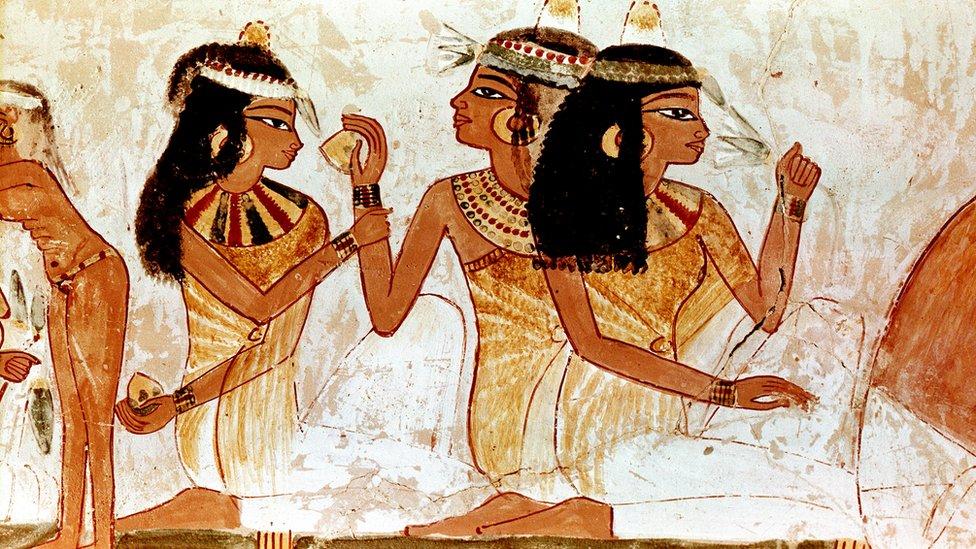 رسم لإمرأة تضع على رأسها أقماع العطور من مقبرة تعود إلى عصور الدولة الحديثة الأسرة 18