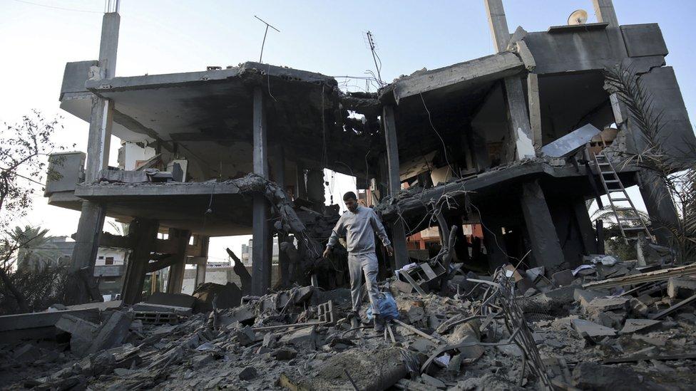 فلسطيني يتفقد حطام منزل دمرته الغارات الإسرائيلية