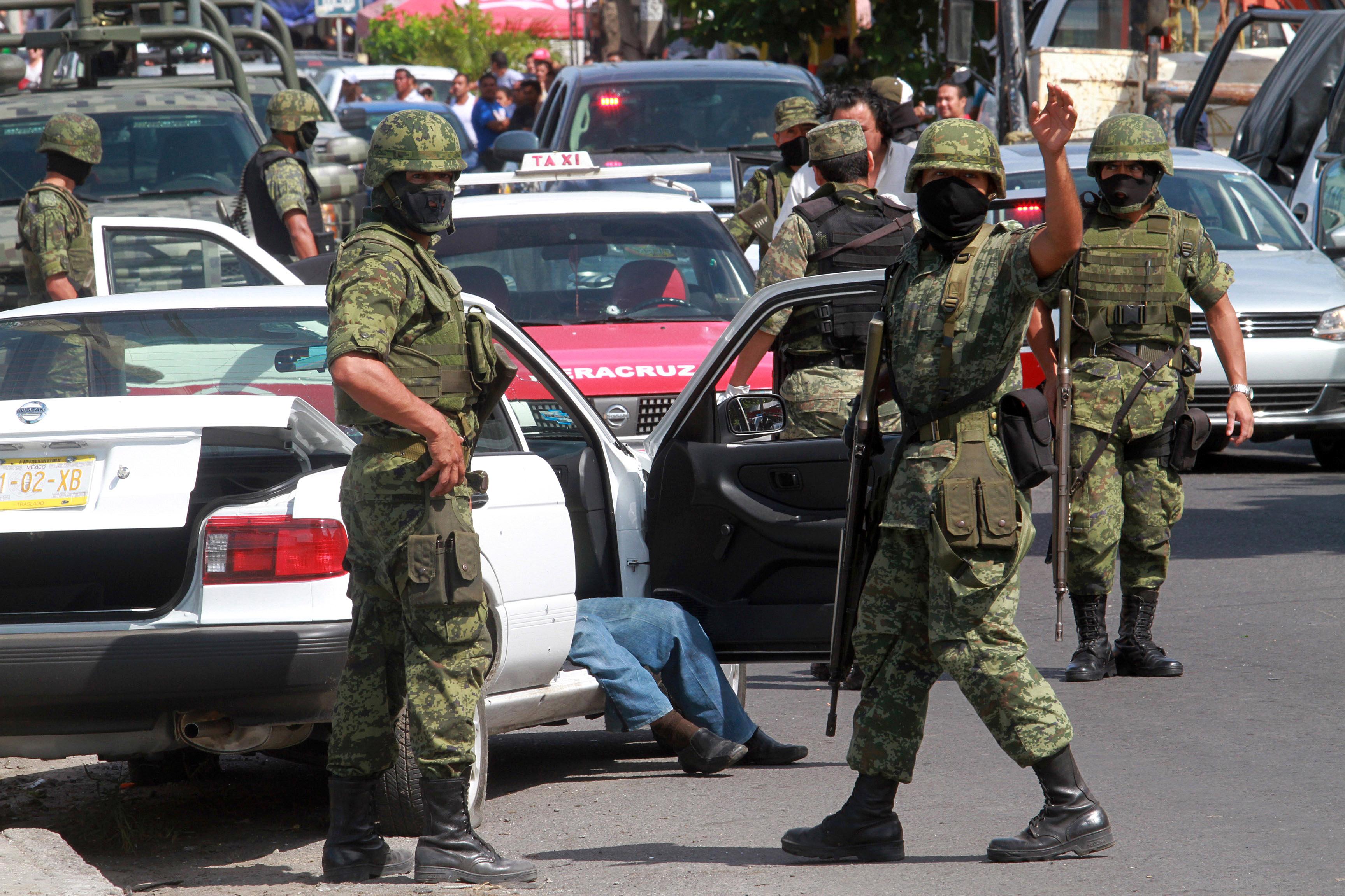 Militares en la escena de un crimen