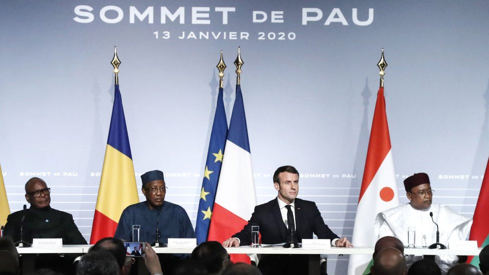 法國波城城堡(Chateau de Pau)舉行的薩赫勒五國集團峰會上與會各國領袖出席記者會(13/1/2020)