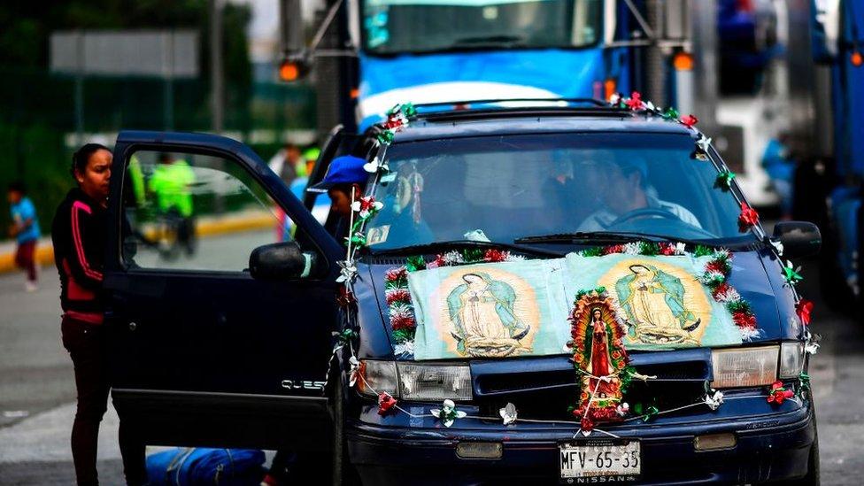 Carro adornado con la virgen