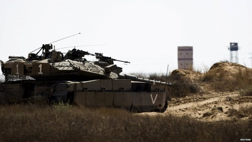 An Israeli army tank takes position along Israel's border with Egypt's Sinai peninsula. Photo: 1 July 2015