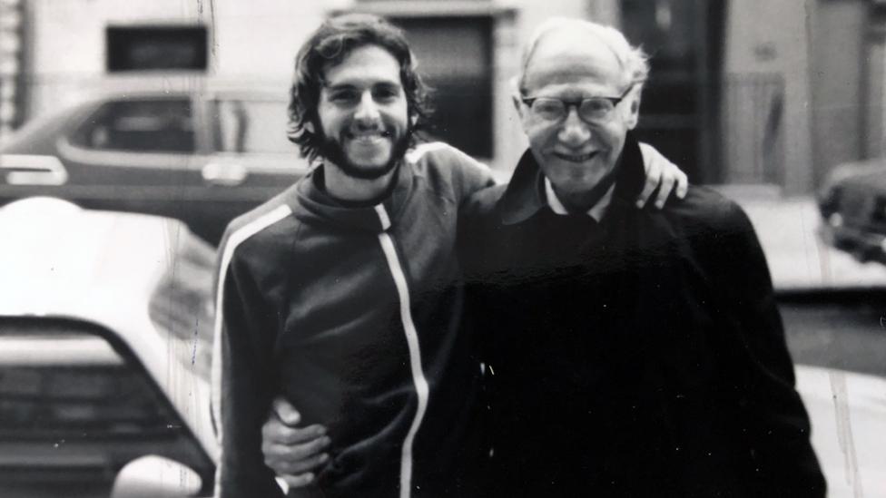 لينارد في الصورة مع مورس ، بعد إدارة ماراثون نيويورك في أواخر 1970