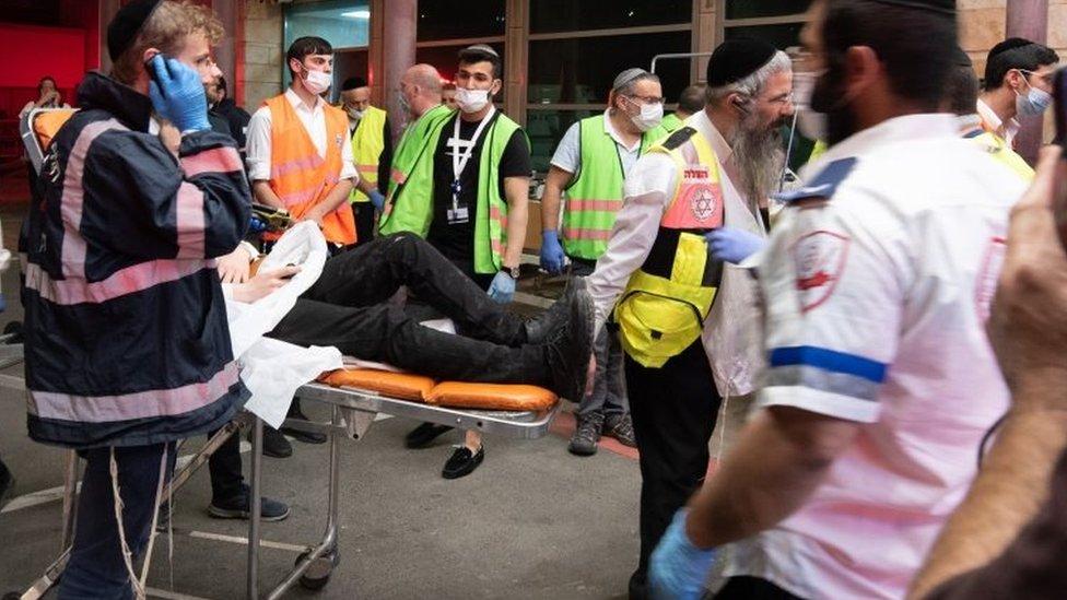 أحد الجرحى أثناء نقله للمستشفى