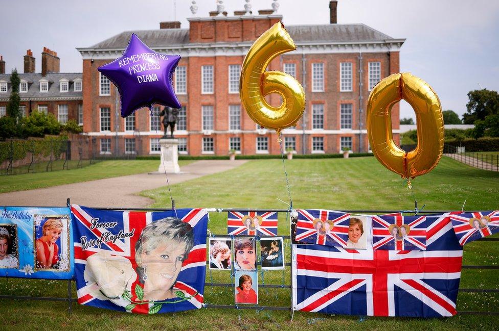 شوهدت صور لإحياء ذكرى الأميرة ديانا خارج قصر كنزنغتون الخميس