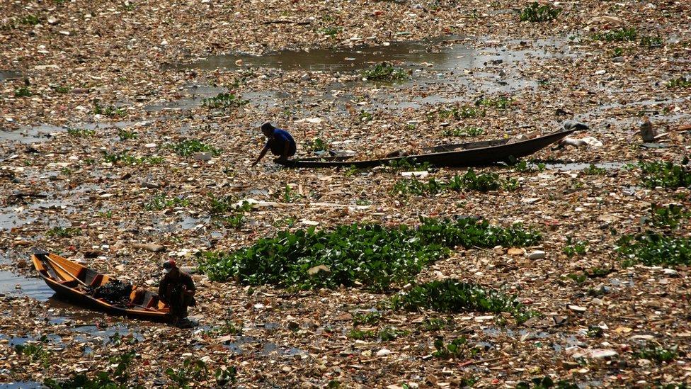 Río Citarum lleno de basura