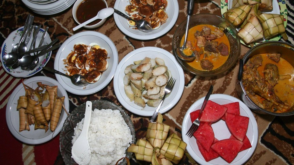 A traditional meal of Ketupat with curry