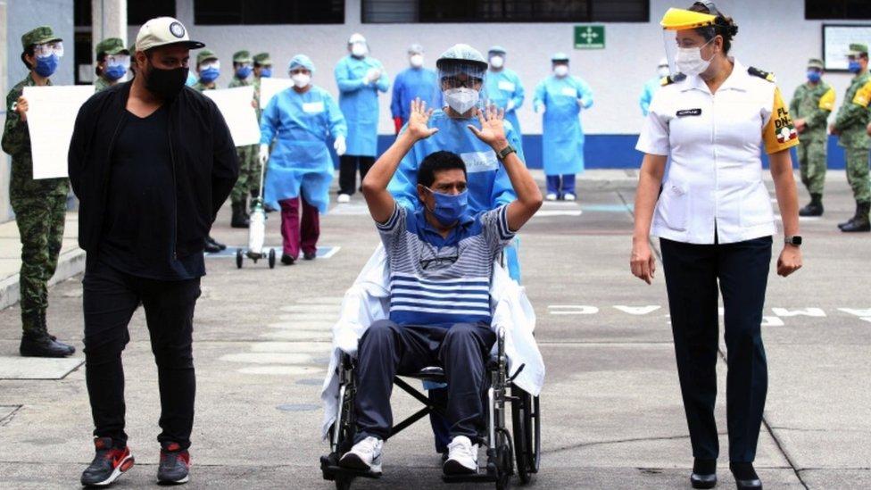 Paciente de covid abandona el hospital.
