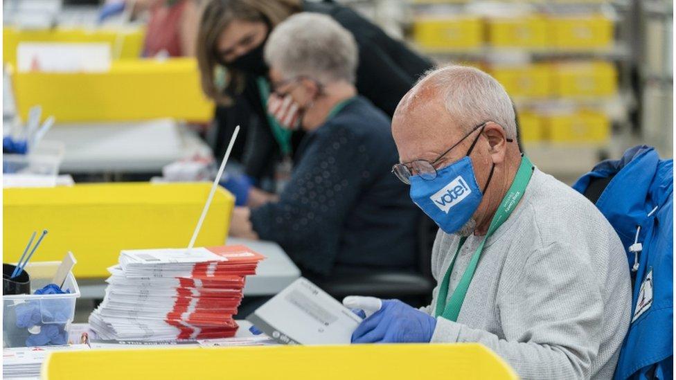 Funcionario conta votos en Renton, Washington, el dia 3 de noviembre de 2020