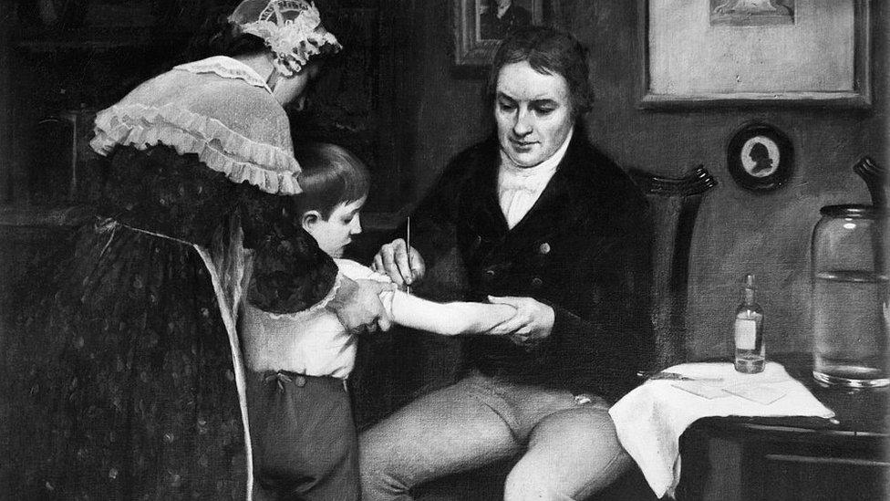 Edward Jenner realizando la primera vacunacion