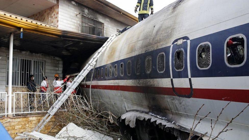 الطائرة اصطدمت بحائط يفصل المطار عن منطقة سكنية ثم اصطدمت بمنزل