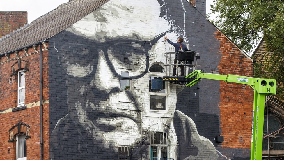 Leeds United Marcelo Bielsa mural unveiled in city - BBC News