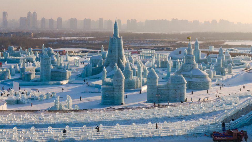 منظر واسع لمدينة الجليد في مهرجان هاربين للجليد