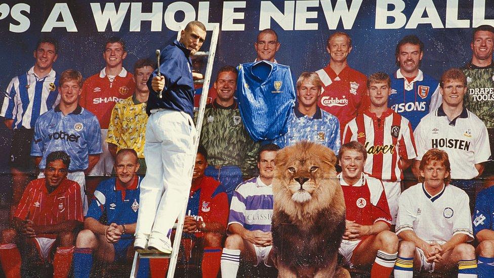 Vinnie Jone frente a una promoción de la Liga Premier en 1992.