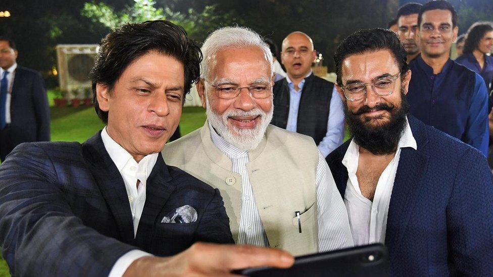 प्रधानमंत्री मोदी के साथ नज़र आए शाहरुख़ और आमिर ख़ान