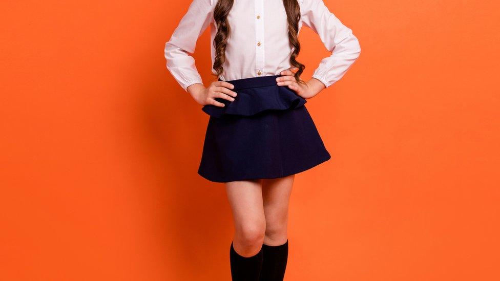 niña con falda escolar