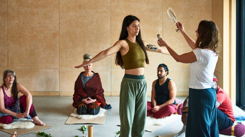 Una grupo de personas participa en una sesión ritualista de grupo