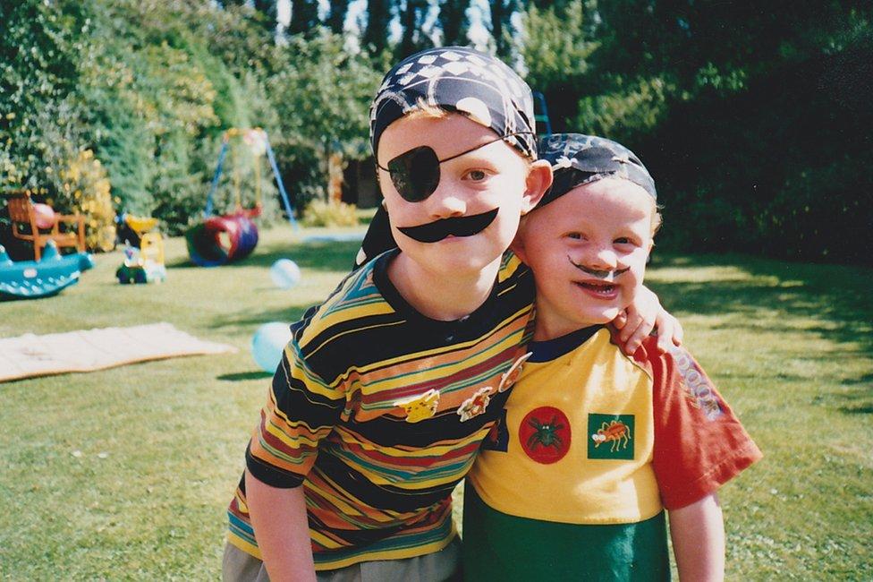 Alex y su hermano