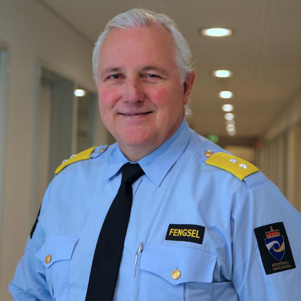 آر هويدال مدير سجن هالدن في الزي الرسمي