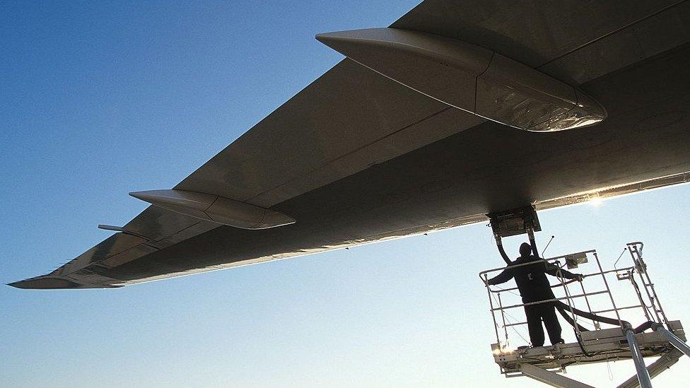 Una recarga de combustible de un avión