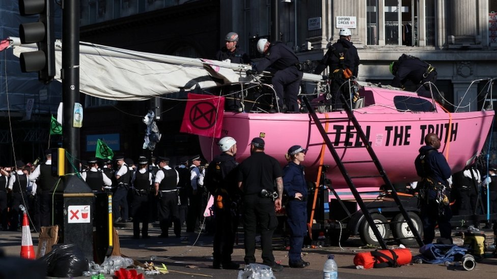 Extinction Rebellion: Police move in on London protesters