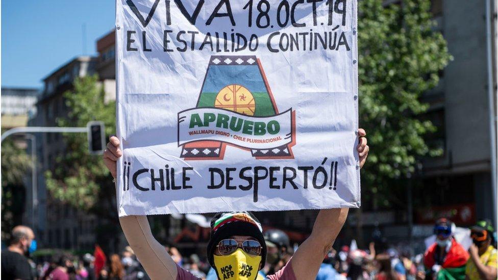 """Simpatizante de la opción de """"apruebo"""", durante una manifestación."""