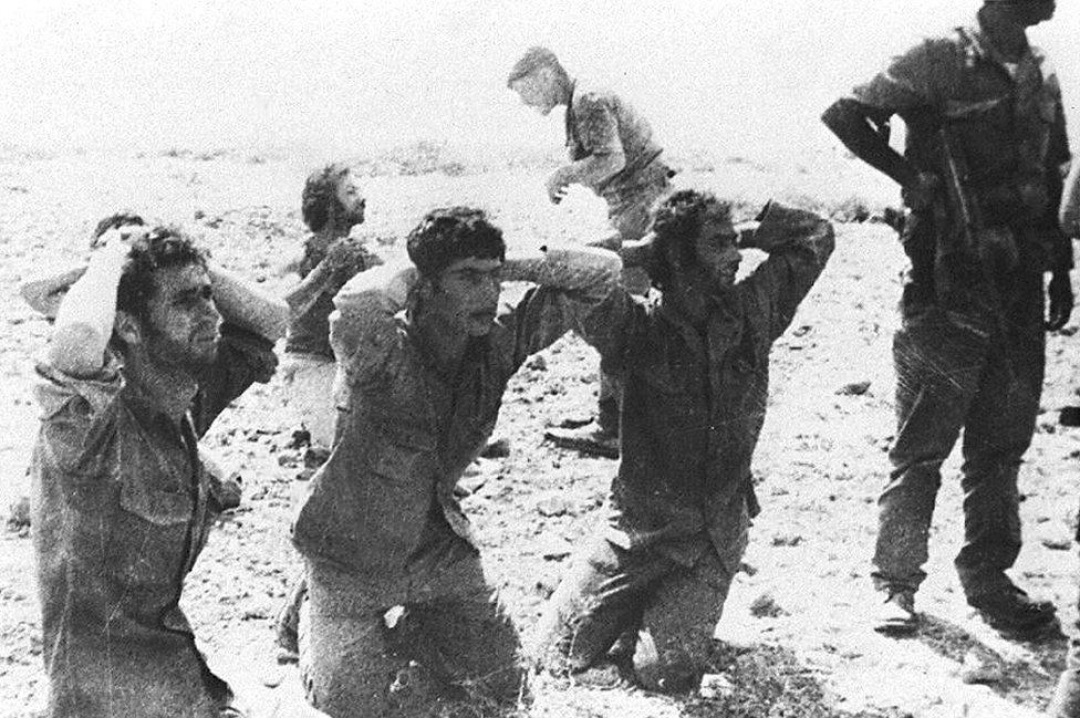 جنود قبارصة يونانيون يستسلمون للقوات التركية في 1974