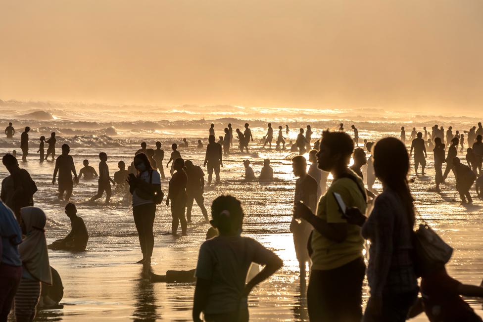 إندونيسيون على أحد الشاطئ للمشاركة في أحد الطقوس المحلية لاستقبال شهر رمضان