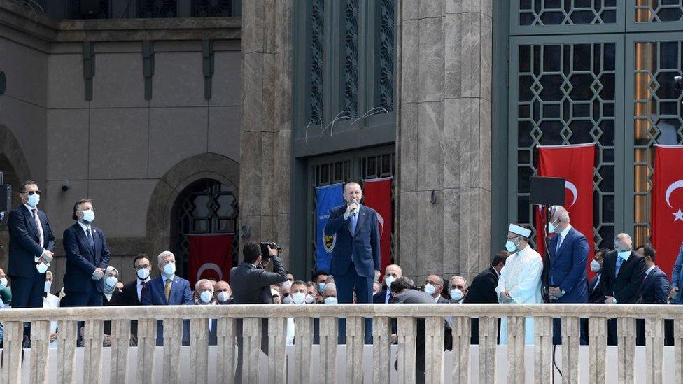 رجب طيب أردوغان ملقيا كلمة بعد صلاة الجمعة خلال افتتاح المسجد في ساحة تقسيم الشهيرة بإسطنبول، في 28 مايو/أيار 2021