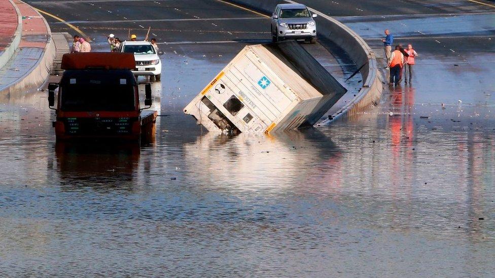 سوء الأحوال الجوية يعلّق العمل والدراسة في الكويت
