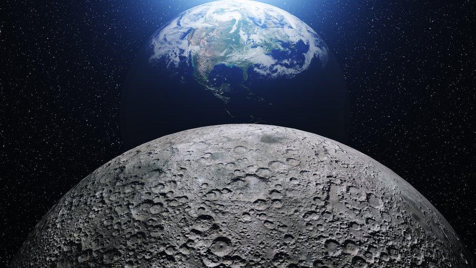 Luna y Tierra.