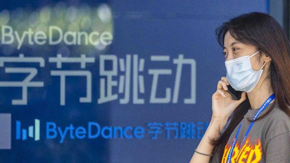 上海字節跳動辦公樓外一名女士在用手機通電話(3/8/2020)