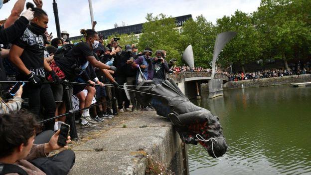 متظاهرون يلقون بتمثال إدوارد كولستون، في المرفأ