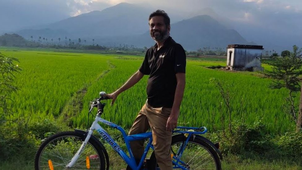Sridhar Vembu en una bicicleta