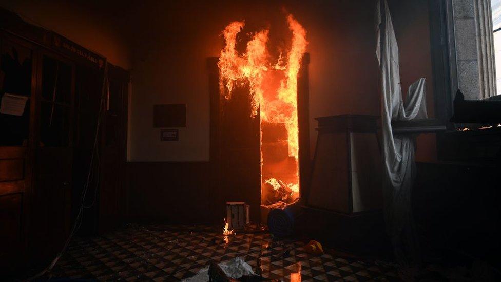 Oficinas del Congreso de Guatemala incendiadas.