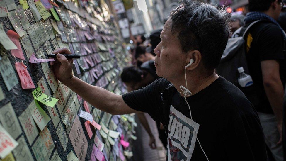 香港各區出現彩色紙條組成的連儂牆。
