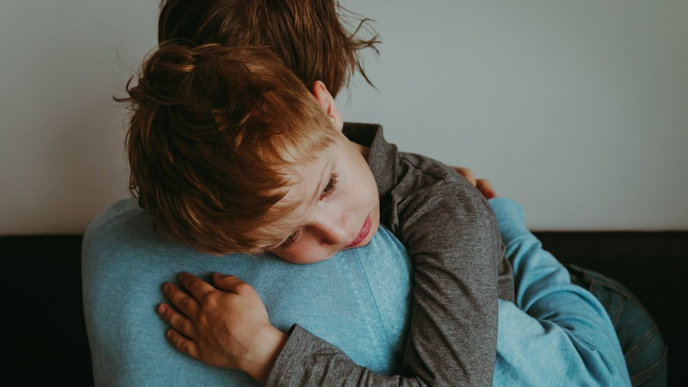 Anak memeluk ibu