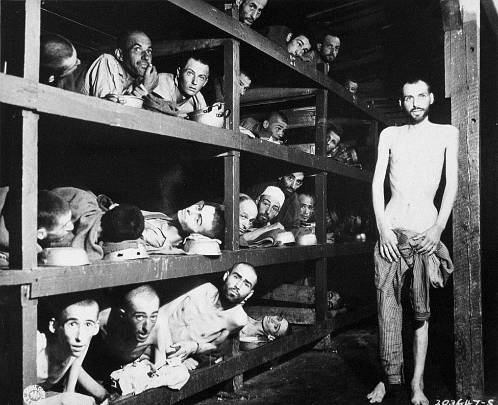 Trabajadores esclavos en sus literas en el campo de concentración después de la liberación el 16 de abril de 1945. En esta foto está Elie Wiesel, futuro ganador del Premio Nobel de la Paz, en la segunda fila de literas, séptimo desde la izquierda, junto a la viga vertical.