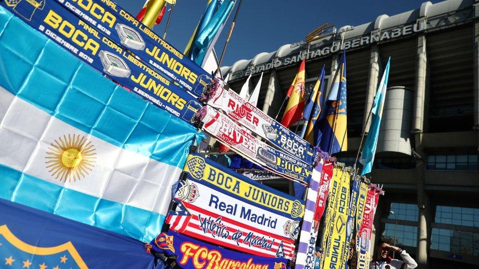 Banderas de Argentina y bufandas de River y Boca