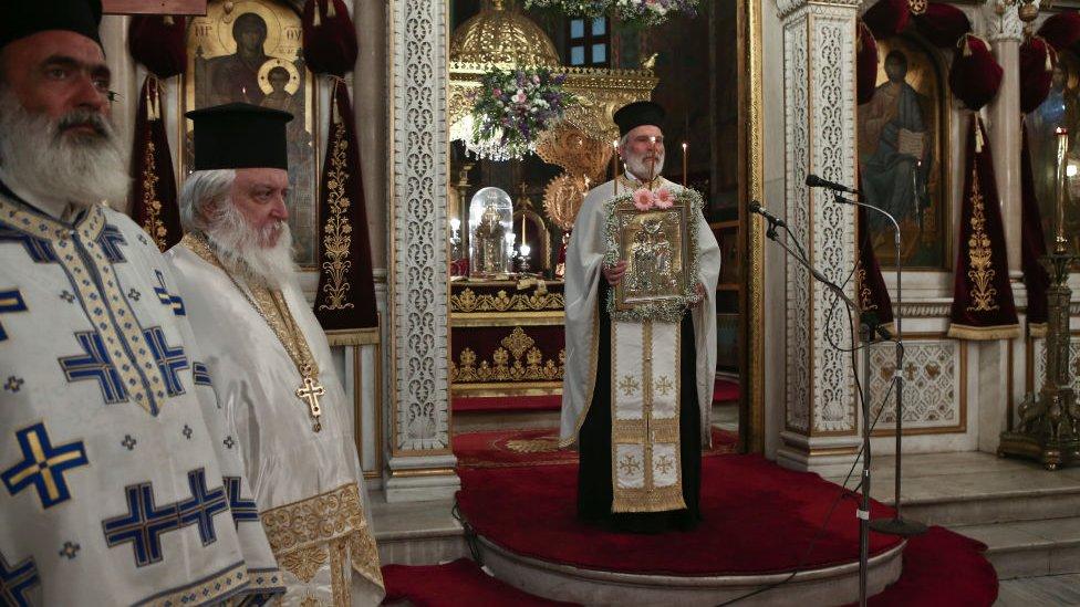 الكهنة الأرثوذكس خلال قداس بعد تخفيف التدابير جراء انتشار فيروس كورونا في أثينا، اليونان، في 20 مايو/أيار 2020