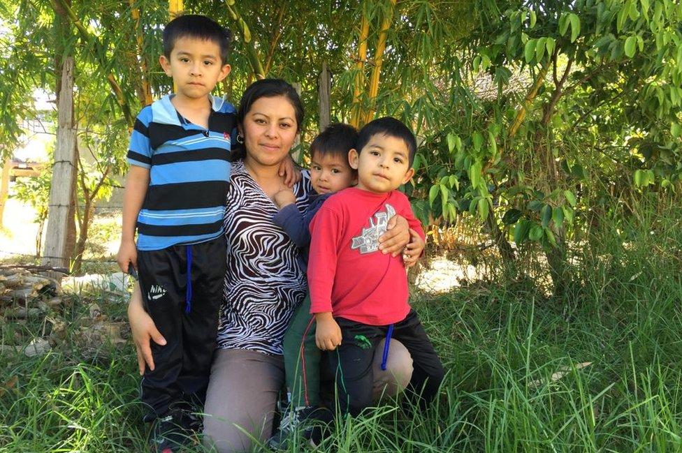 Jackeline Hernández con sus 3 hijos.