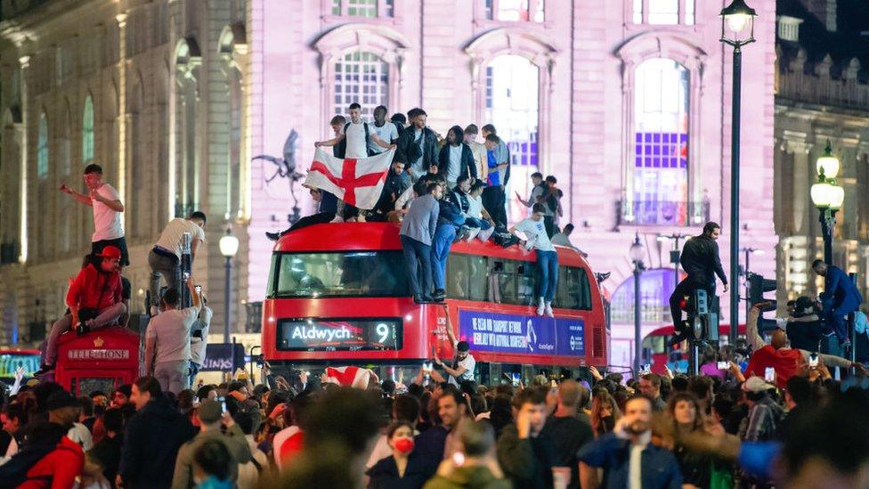 Ingleses celebran triunfo en el centro de Londres