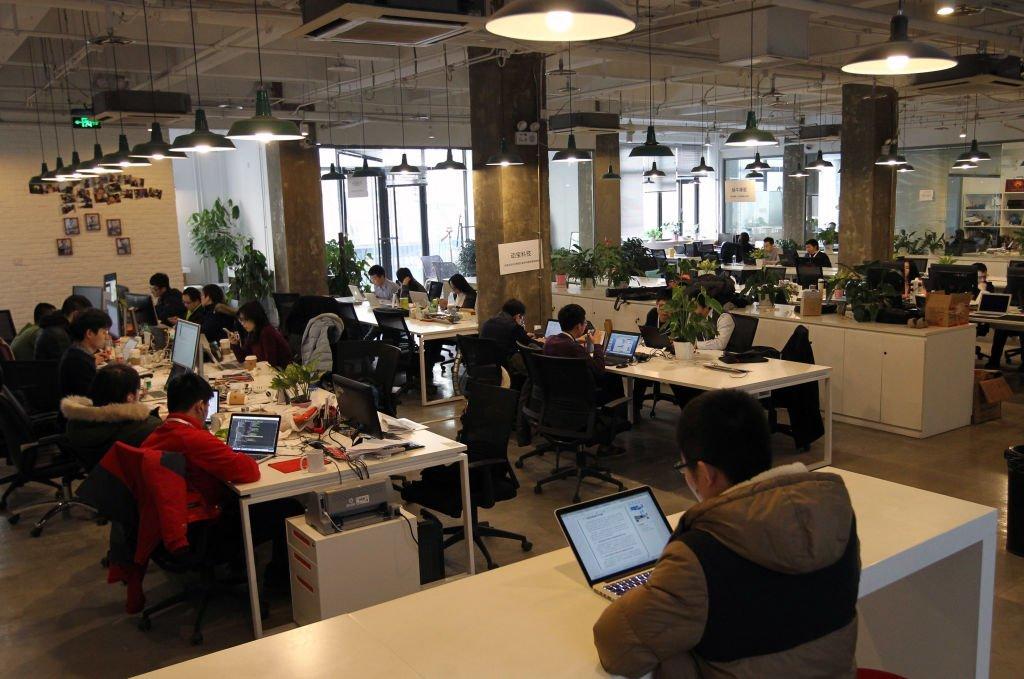 加班文化在中國互聯網公司非常普遍。圖為北京中關村的一家創業公司。