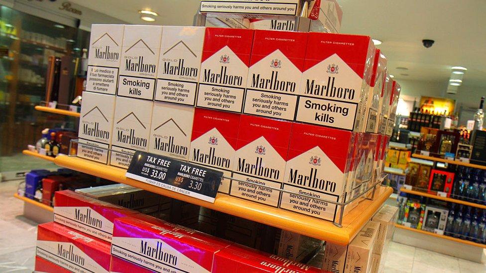 """Venta de cigarrillos Marlboro en el """"duty free"""" del aeropuerto de México"""